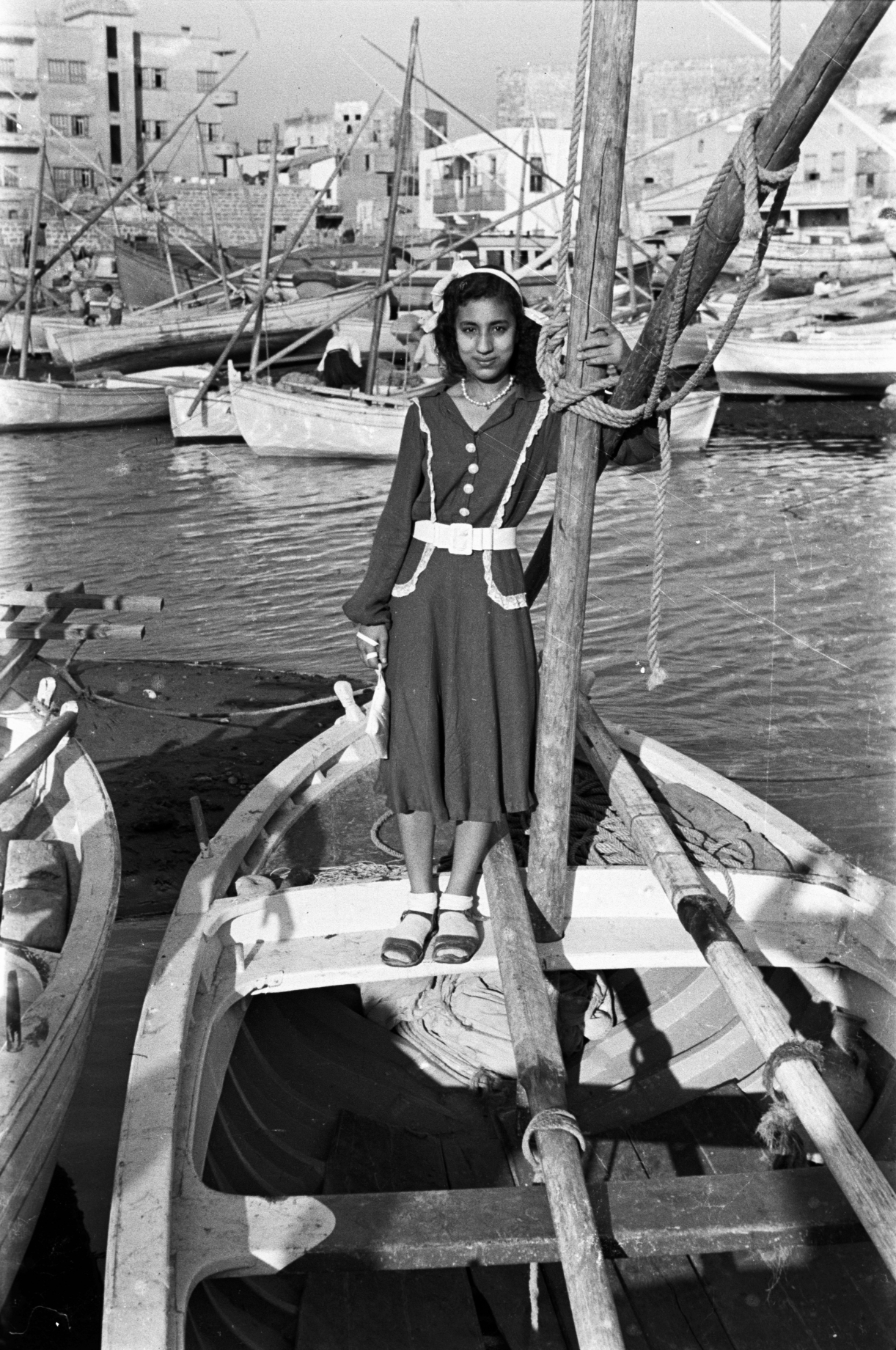 Hashem El Madani: Promenades, Men and women posing on fishing boats