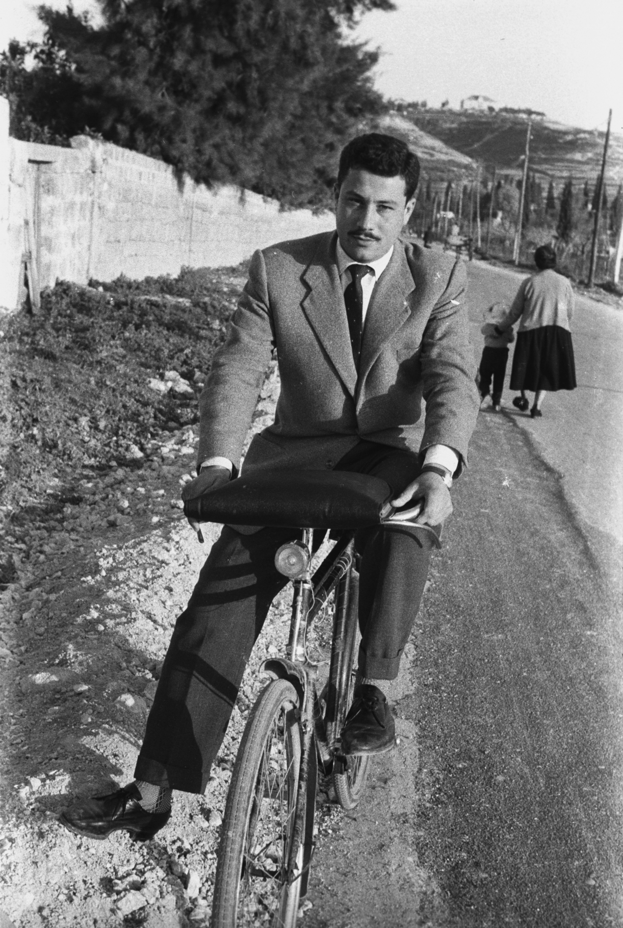 Hashem El Madani: Promenades, Young men with their bicycles